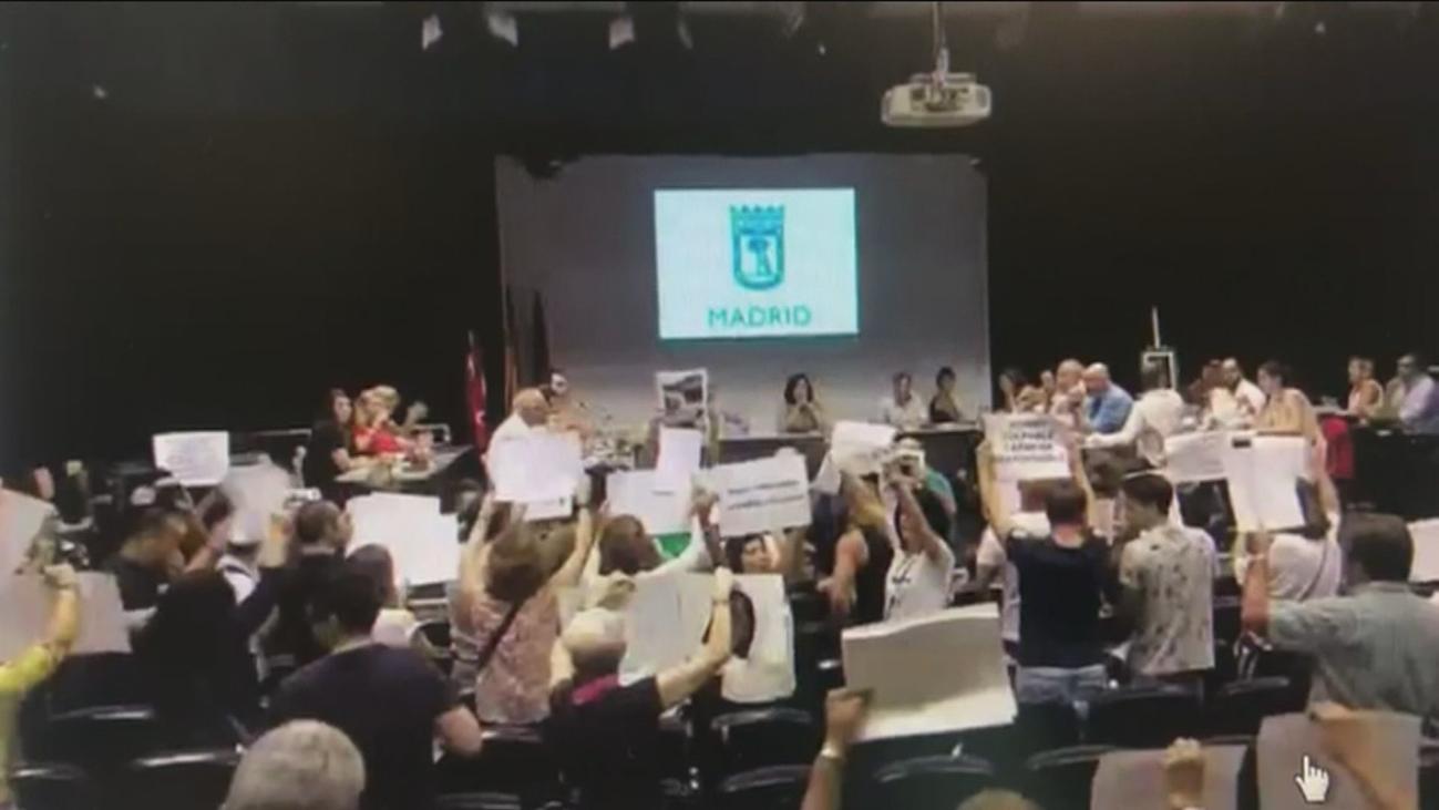 Tensión y nuevas protestas contra Rommy Arce en el pleno de Arganzuela