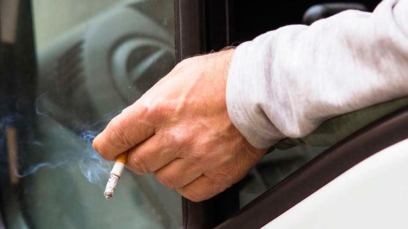 Cataluña quiere prohibir fumar en los coches