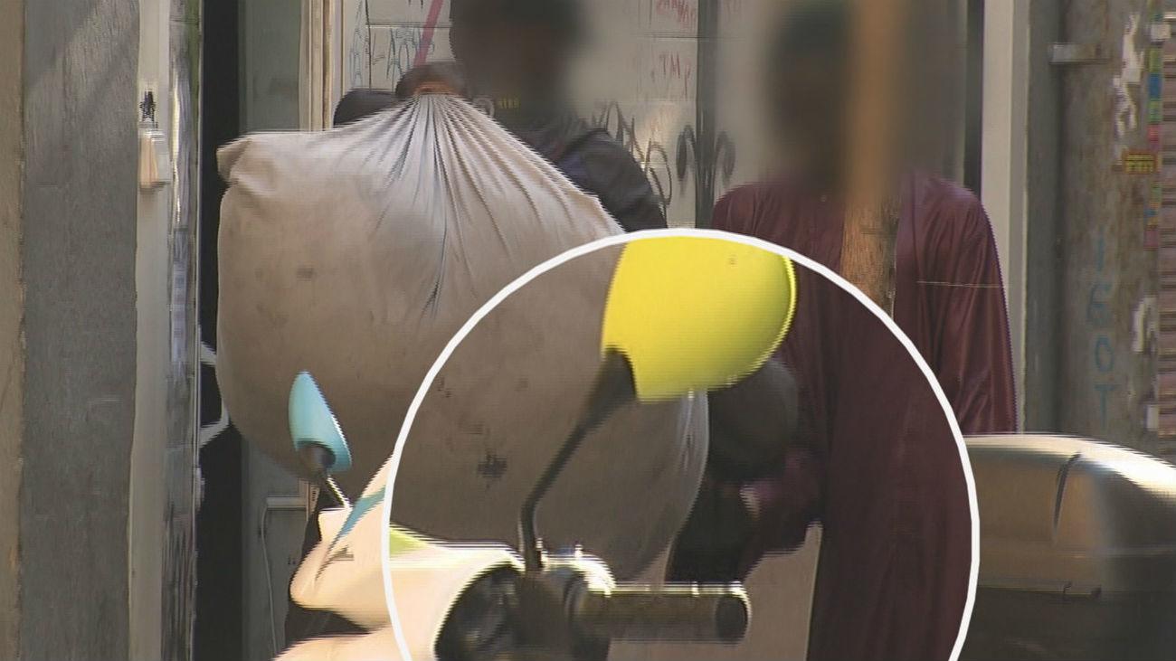"""Vecinos de Lavapies denuncian el """"trapicheo"""" de drogas a plena luz del día"""