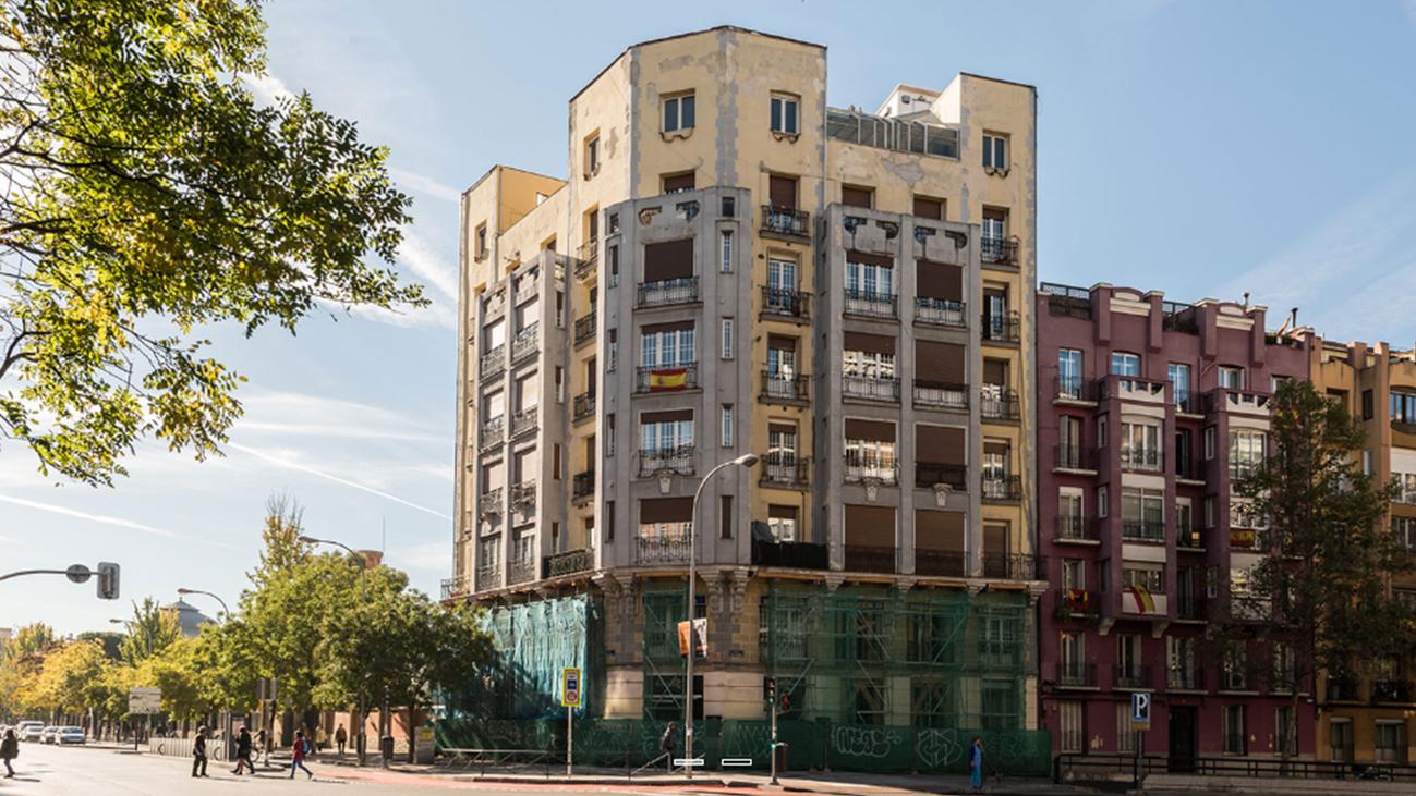 Un edificio en Santa Engracia lleva 18 meses apuntalado y con grietas