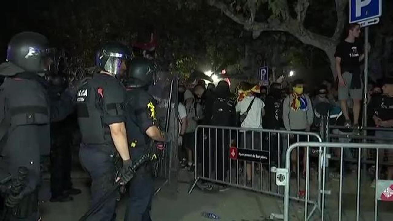 Los Mossos cargan contra los manifestantes que asediaban el Parlament en Barcelona