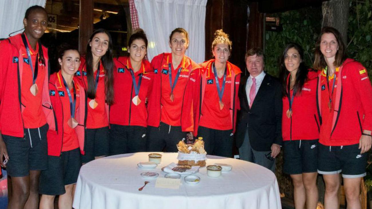 La selección celebra el bronce en el Txistu