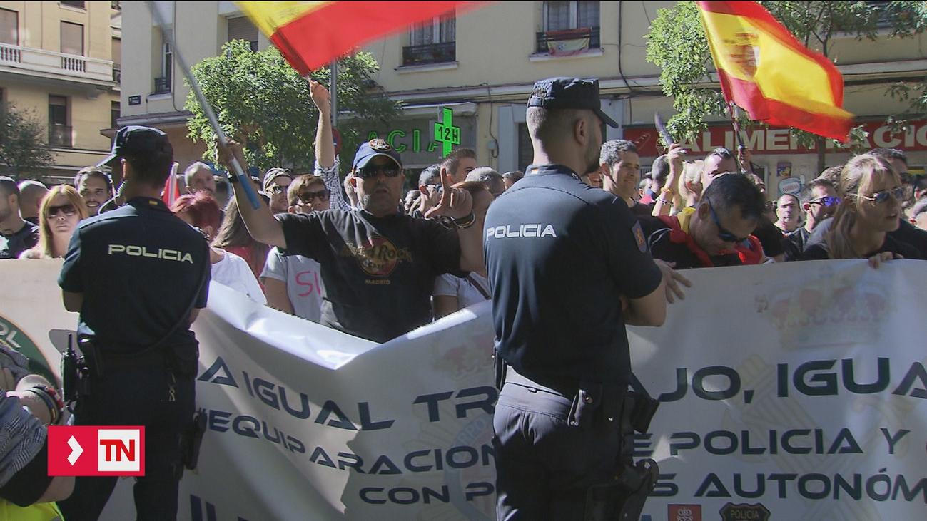 Policías y Guardias Civiles piden la dimisión de Pedro Sánchez frente a sedes del PSOE