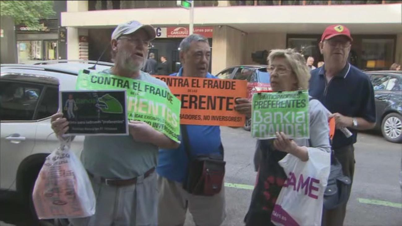 Un grupo de preferentistas protesta a las puertas del domicilio de Rato