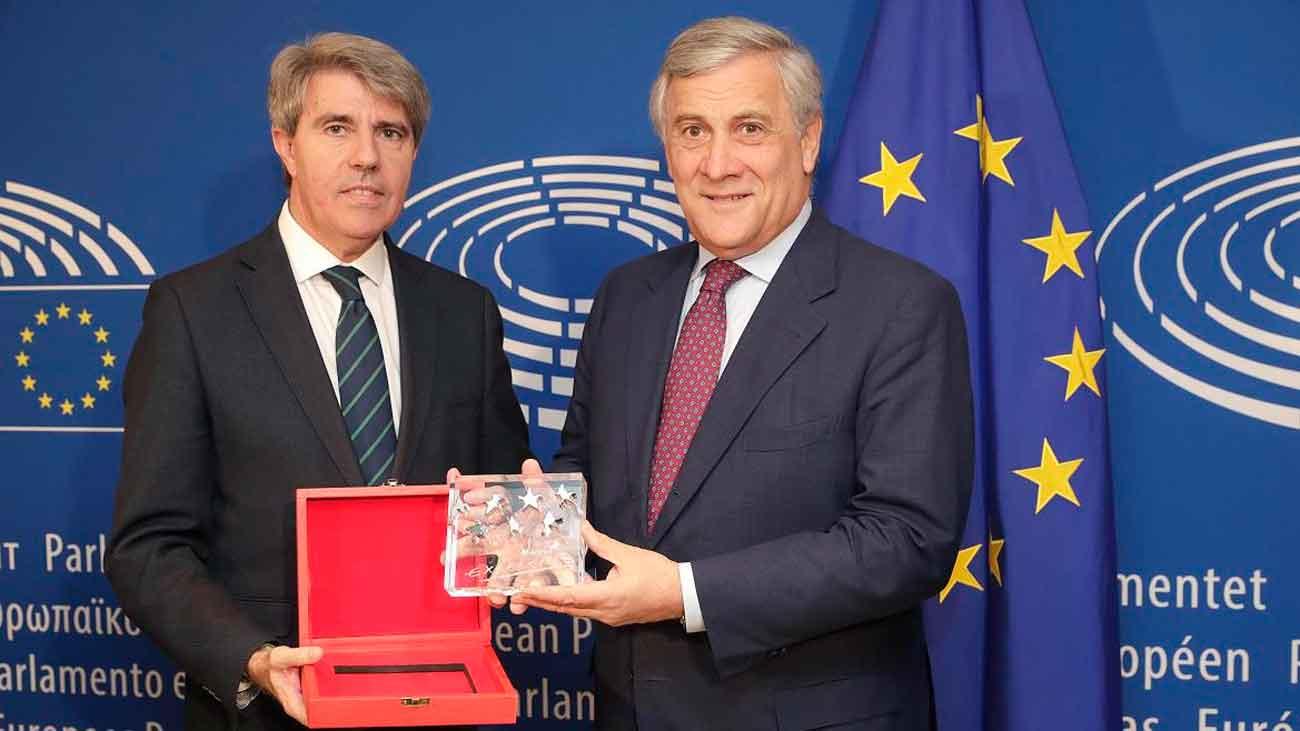 Garrido entrega a Tajani en Bruselas el Premio a la Excelencia