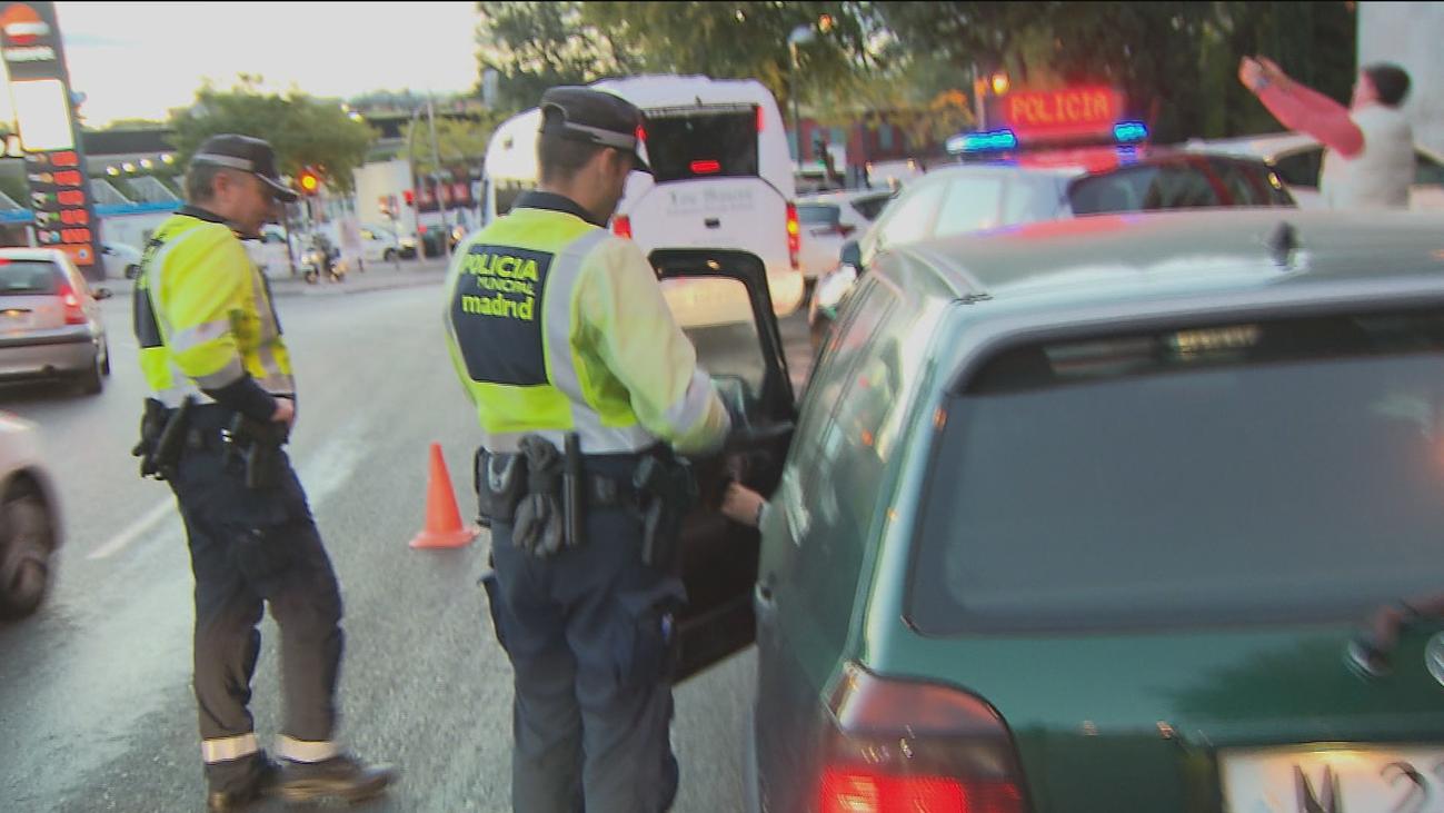 La Policía informa a los conductores sobre el uso de las etiquetas de la DGT