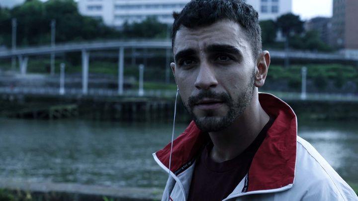 """""""Omar"""". Alguien se dirige al joven desde una furgoneta"""