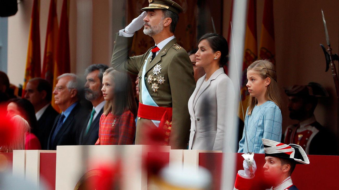 Aplausos a los Reyes de España en el desfile del 12-O