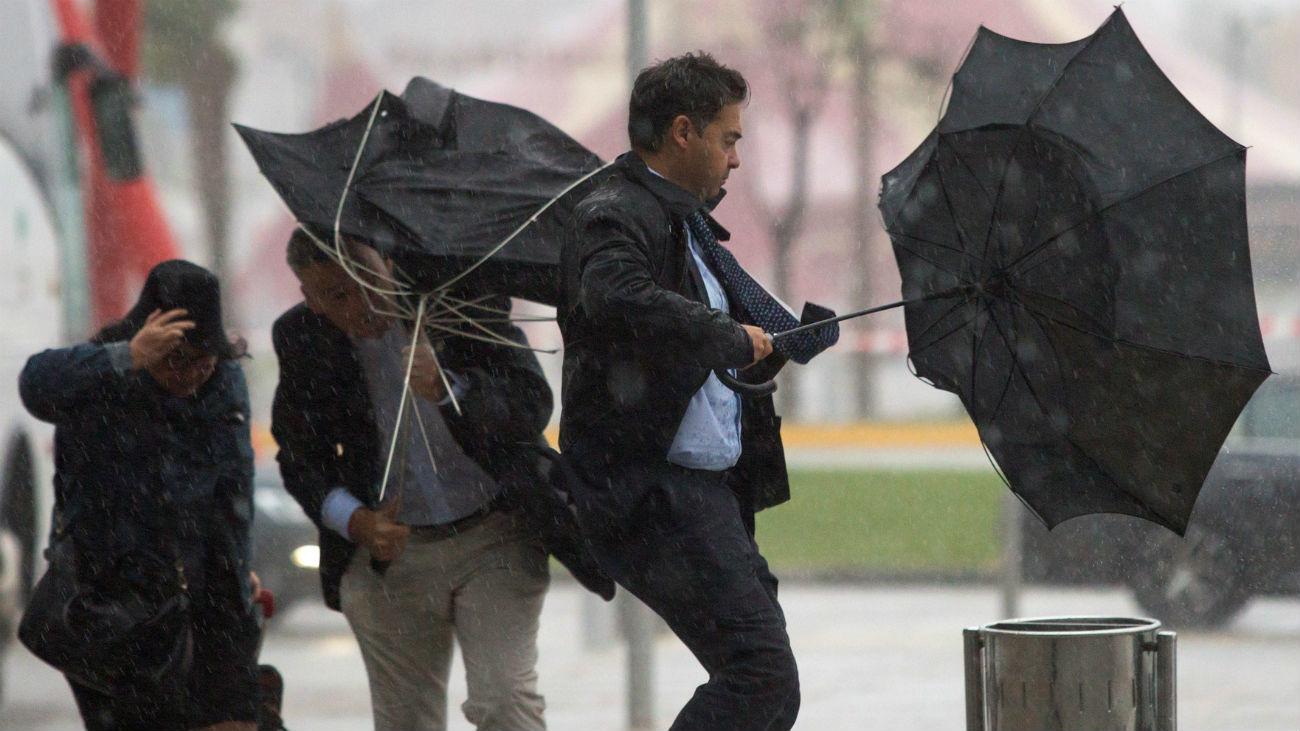 Las peores lluvias desde 2008 cortan carreteras y cierran escuelas y parques