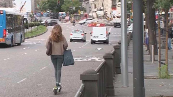 La DGT quiere prohibir que los patinetes eléctricos circulen por la acera y a más de 25 km/h