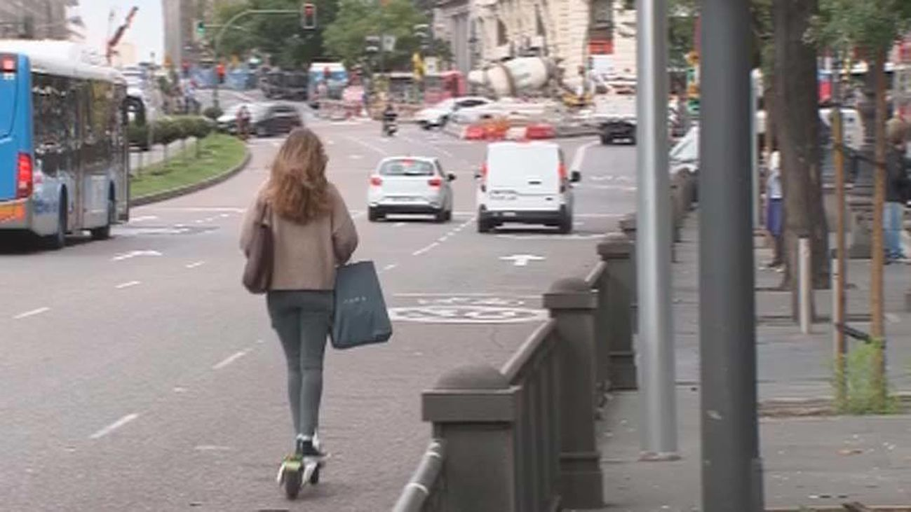 Un patinete circula por la calzada en Madrid