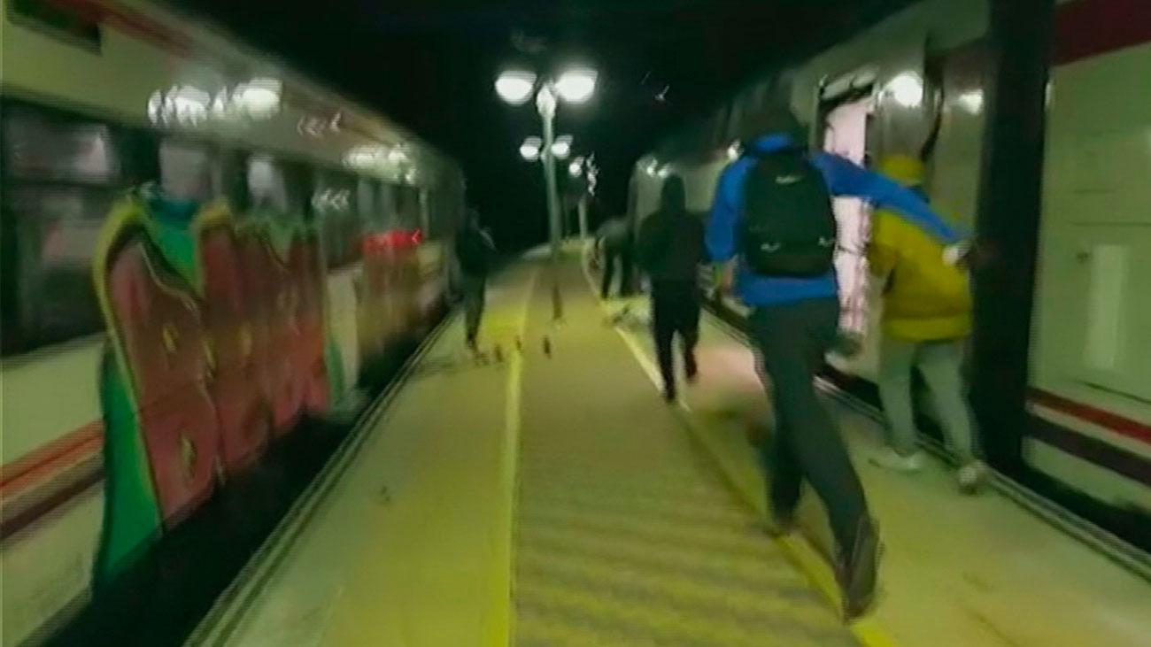 Varios encapuchados destrozan los vagones del tren de Cercedilla