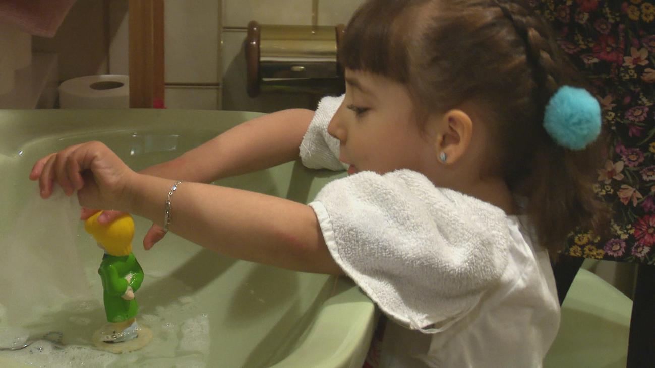 Nora a sus cuatro años se prepara para recibir su tratamiento de diálisis