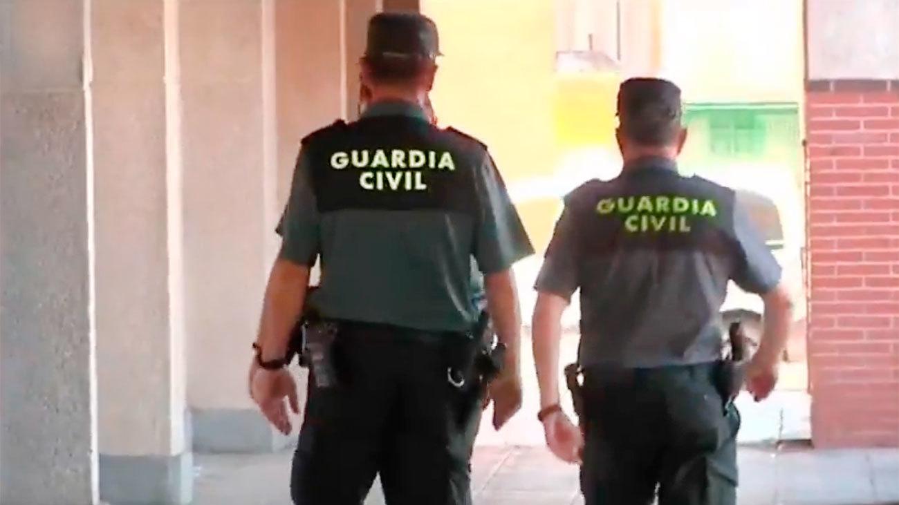 Dos agentes de la Guardia Civil, en Collado Villalba