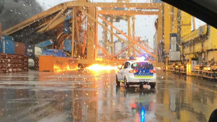 Un ferry choca contra el puerto de Barcelona y provoca un incendio