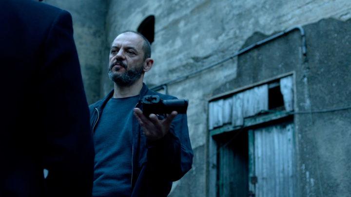 La víctima número 8 Cap 4 - Un herido en su orgullo Gorostiza le ofrece a Gaizka la pistola para que ajusticie a Omar