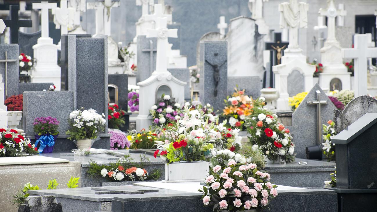 Afluencia masiva a los cementerios madrileños en el Día de Todos los Santos