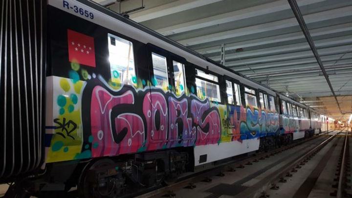 Los grafiteros paran un tren de Metro para pintarlo por cuarta noche consecutiva