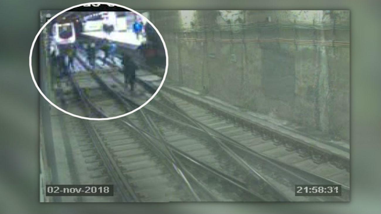 Cincuenta grafiteros atacan la línea 2 de metro en Las Rosas