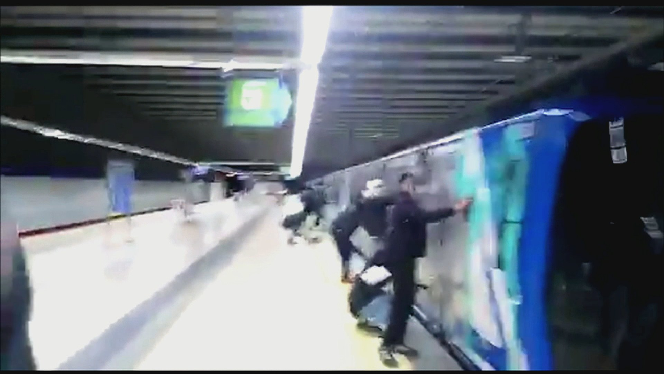 Grafiteros vuelven a pintar dos trenes de Metro que no estaban en línea