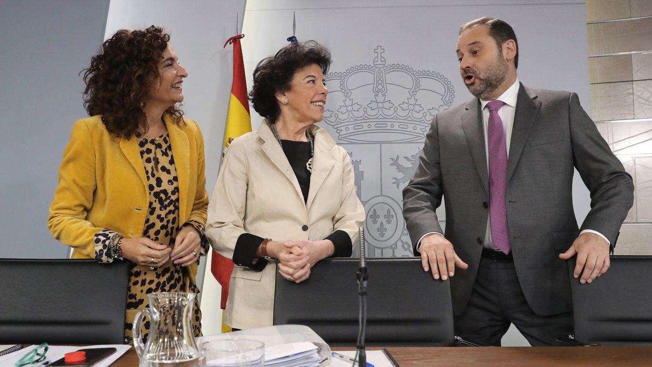 La ministra de Hacienda, María Jesús Montero; la portavoz del Gobierno, Isabel Celaá; y el ministro de Fomento, José Luis Ábalos, durante la rueda de prensa posterior al Consejo de Ministros
