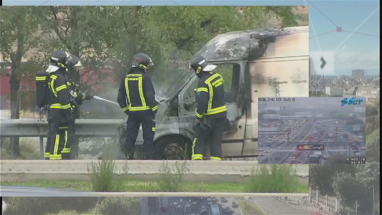 El incendio de una furgoneta en la A-3, a su paso por Santa Eugenia, provoca importantes atascos