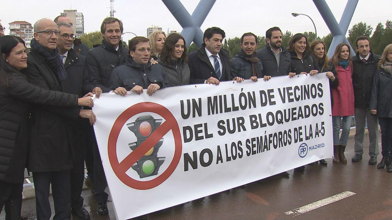 El PP protesta por los semáforos instalados por Carmena en la A-5