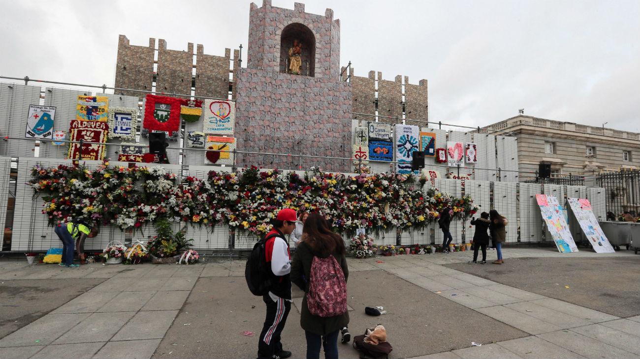Madrid honra a la Almudena con una ofrenda floral y una misa
