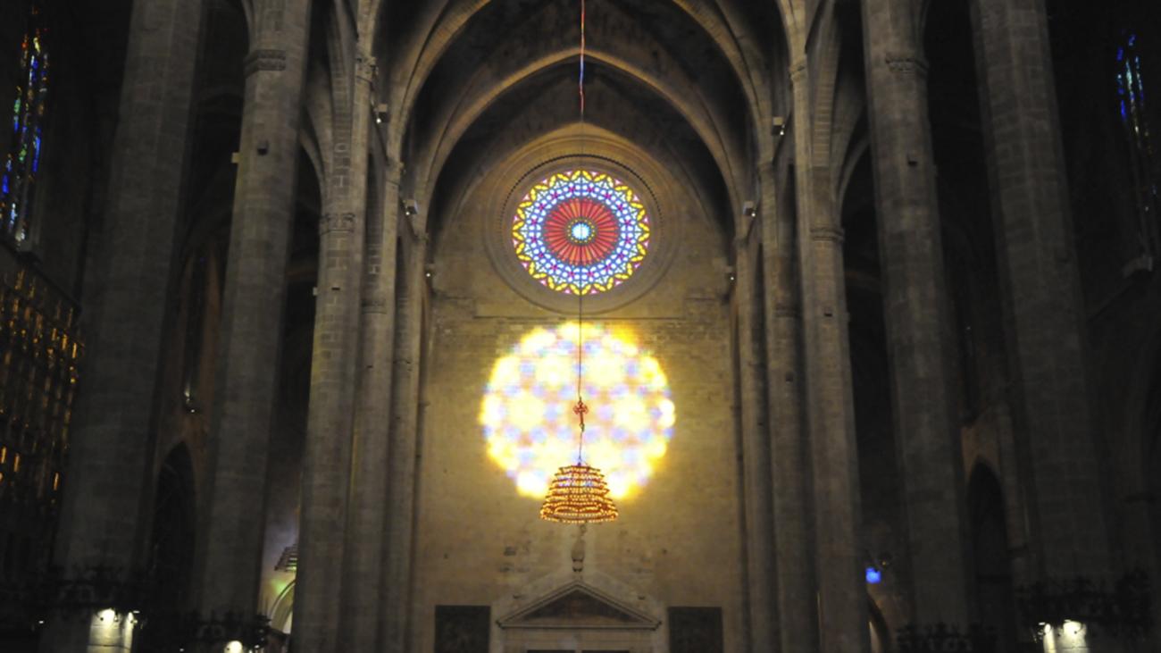 Cientos de personas admiran un rosetón único de luz en la Catedral de Mallorca