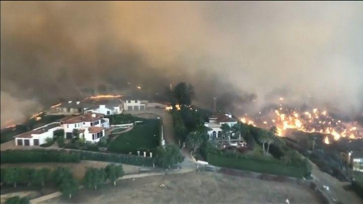 Más de 100 desaparecidos en los incendios de California, que ya suman 31 muertos