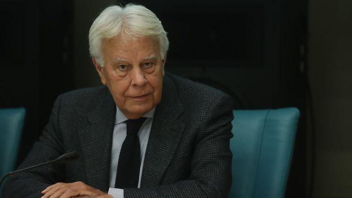 """Felipe González pide reformar la Constitución ante los intentos de """"desintegrar"""" España"""
