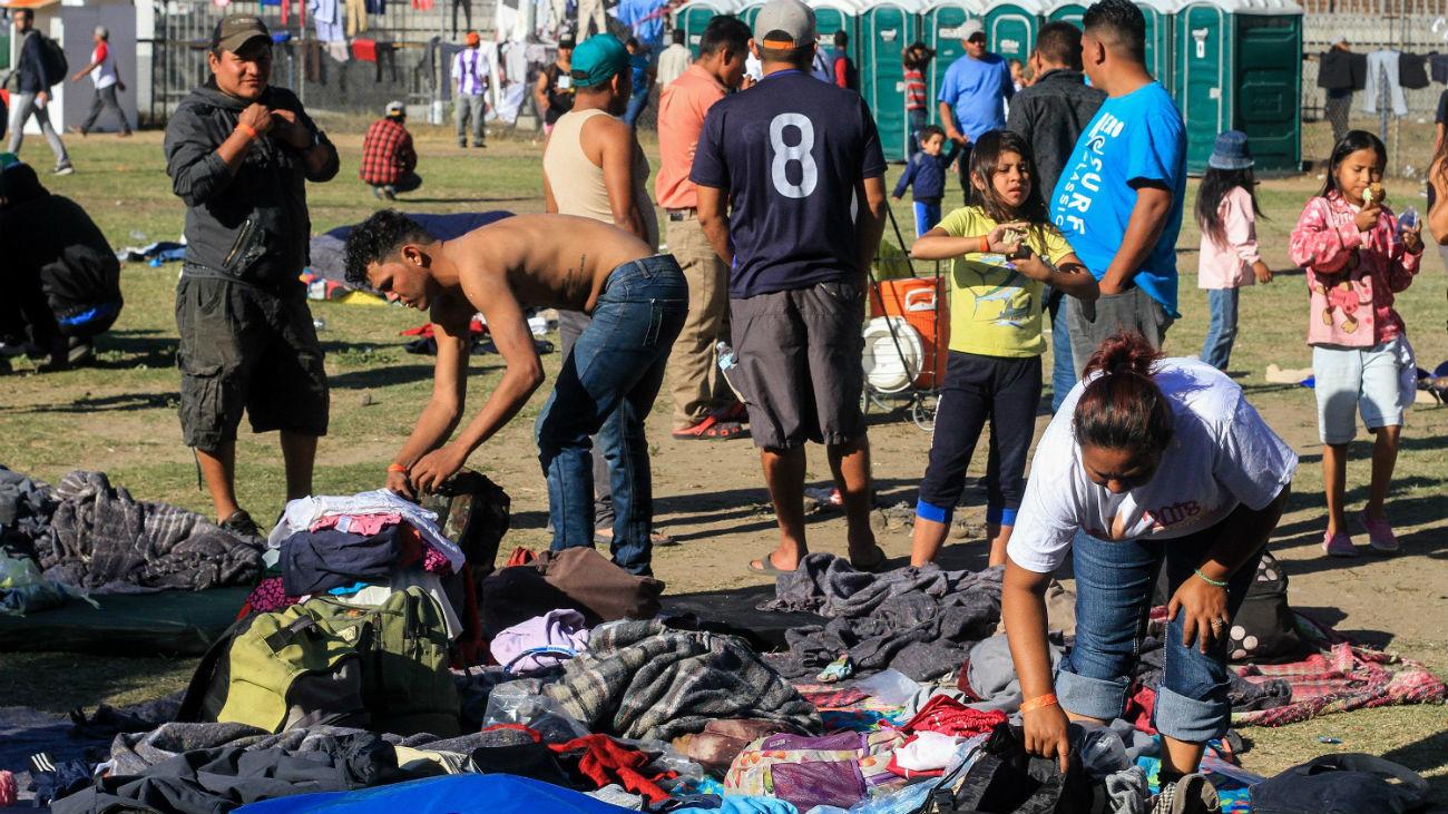 Miembros de la caravana migrante de centroamericanos en Tijuana