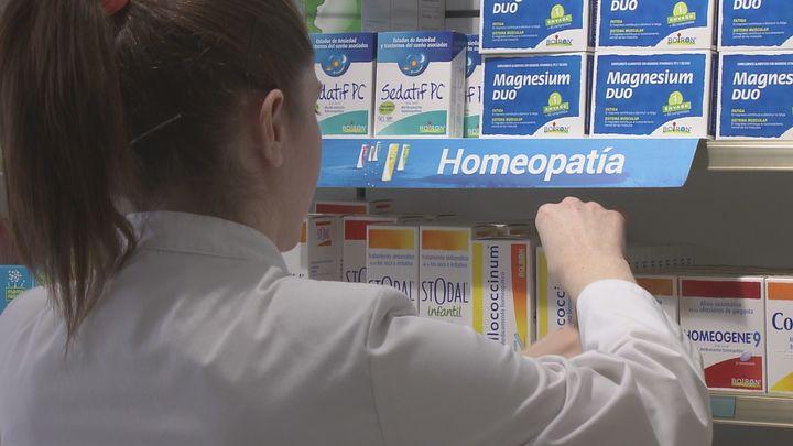Carcedo evita incluir la homeopatía y la acupuntura entre las pseudoterapias sin un análisis riguroso