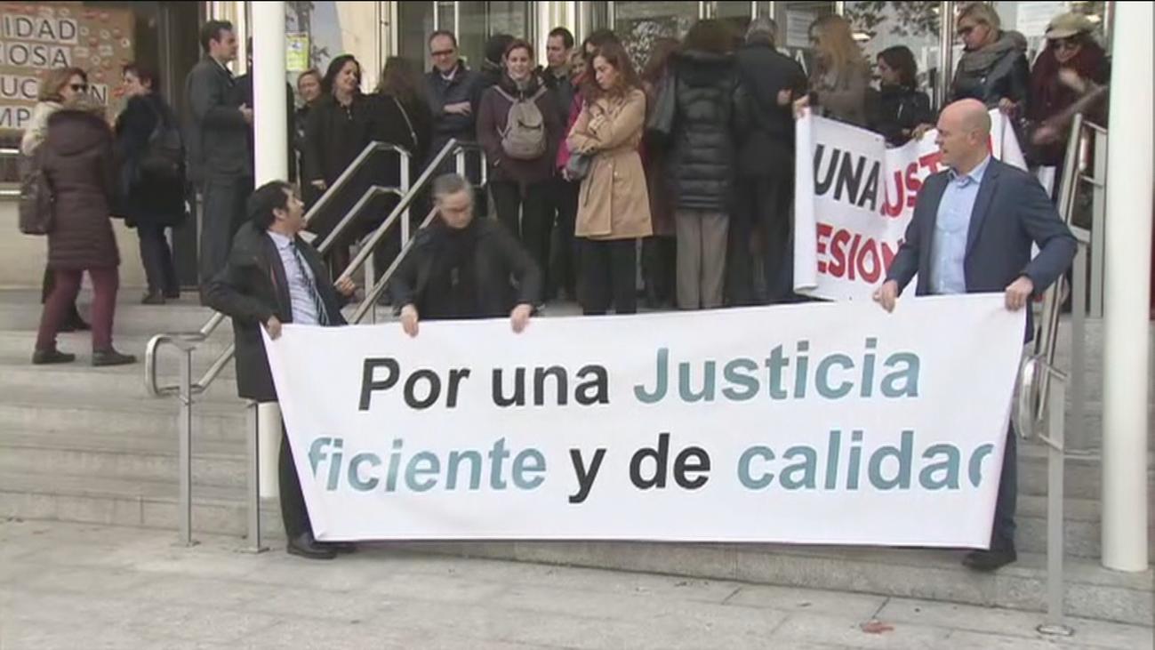 Jueces y fiscales exigen respuestas a Delgado en su segunda huelga este año