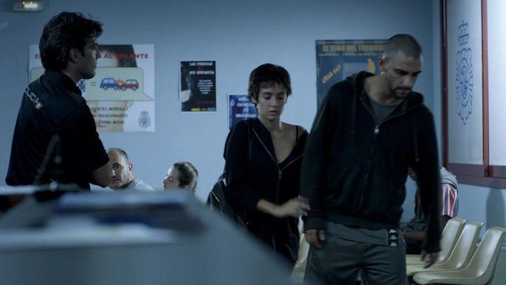 Edurne convence a Omar en comisaría para que no se entregue