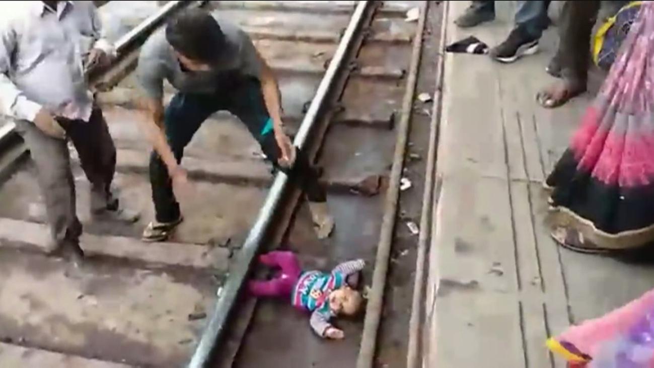 Una bebé sale ilesa tras caer al andén y pasarle un tren por encima