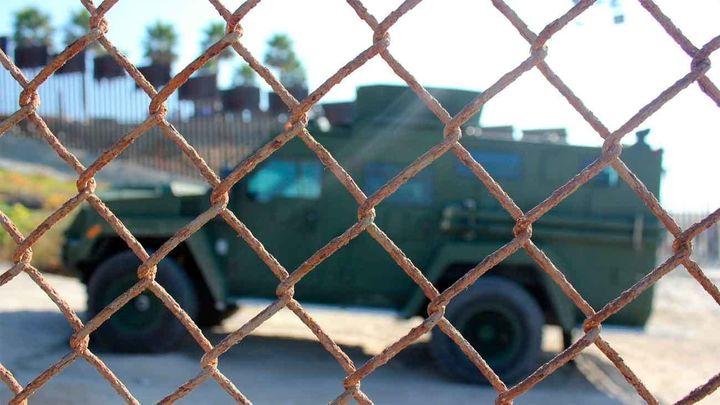 """Trump autoriza a los militares a usar la fuerza""""si es necesario"""" para proteger la patrulla fronteriza con México"""