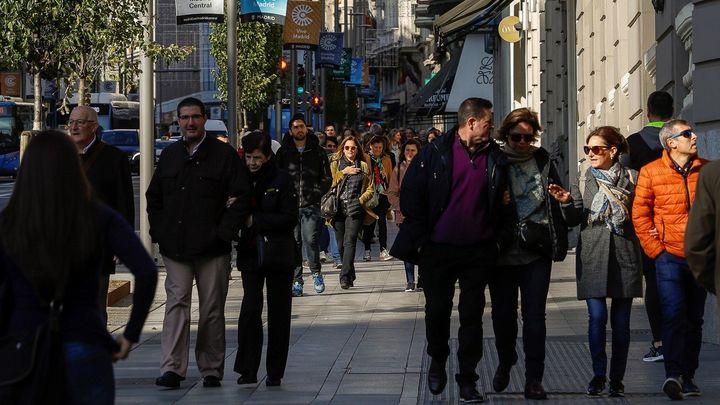 Peatones pasean por la nueva Gran Vía