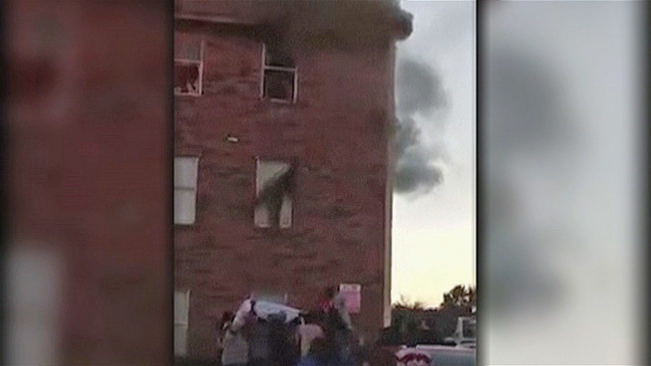 En Dallas, se lanzan por las ventanas para salvarse de las llamas