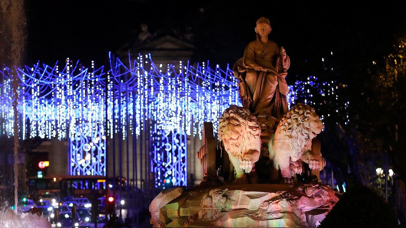 Vista de la fuente de Cibeles de Madrid durante el tradicional encendido de luces de Navidad