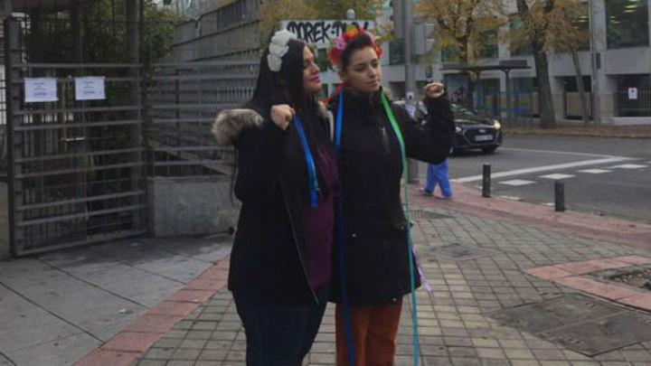 Absueltas las dos activistas de Femen que se encadenaron al altar de la Almudena