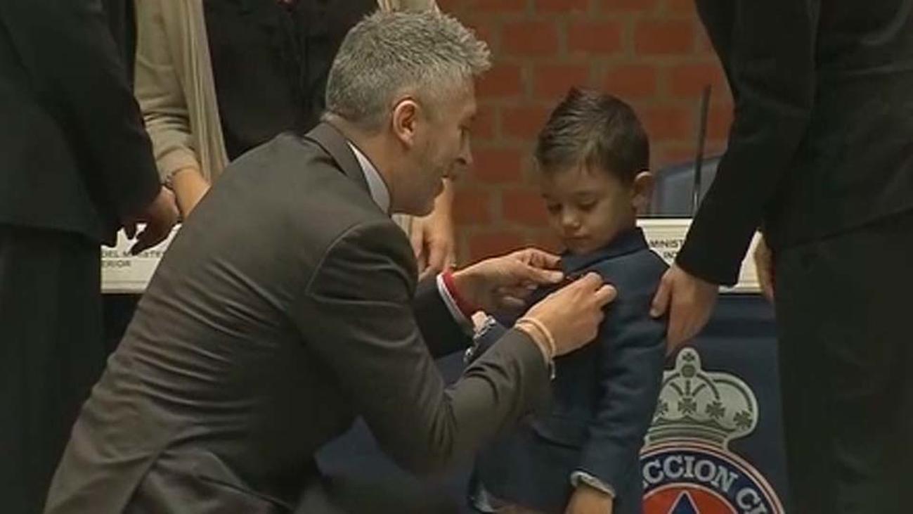 Medalla al Mérito para Lucas, el niño de 4 años que salvó a su madre al llamar al 112