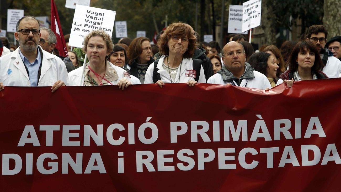 """Unos 1.000 médicos y sanitarios protestan en Barcelona contra la """"precariedad"""""""
