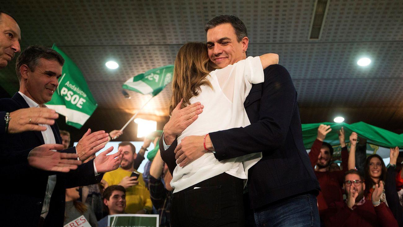 La candidata a la reelección de la Presidencia de la Junta, Susana Díaz, y el presidente del Gobierno y secretario general del PSOE, Pedro Sánchez, se saludan al finalizar un acto público en Marbella. (EFE)