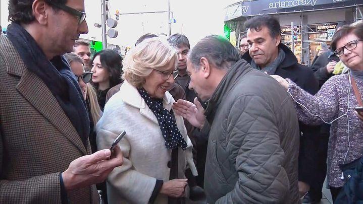 La alcaldesa, Manuela Carmena, charlando con los vecinos en la Gran Vía