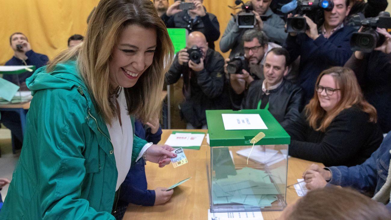Susana Díaz en el momento de ejercer su derecho al voto
