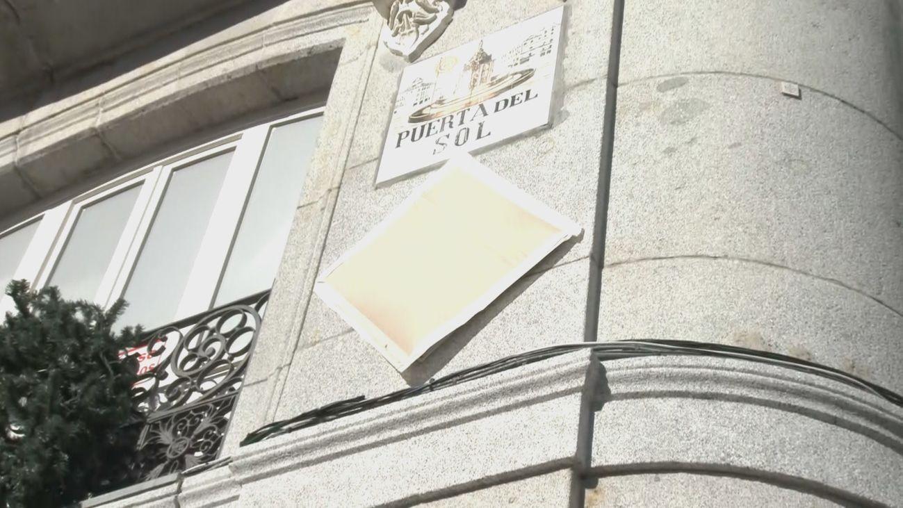 La nueva placa en homenaje al 15-M, a la espera de ser inaugurada