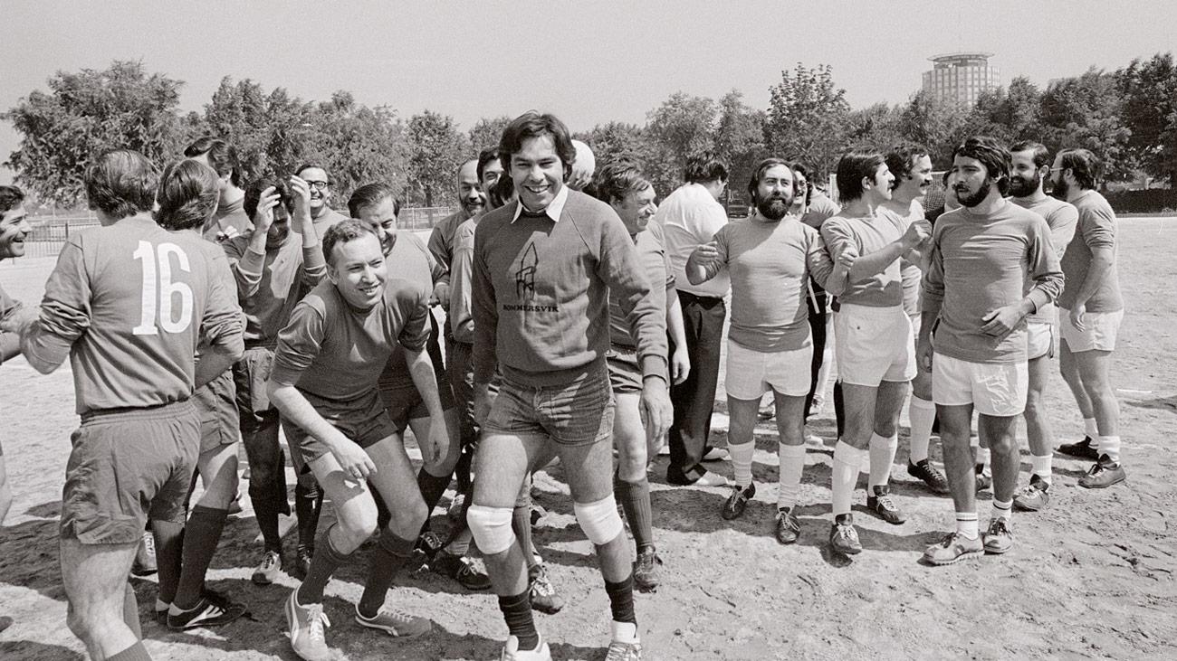 Un partido de fútbol entre políticos y periodistas, símbolo de la concordia