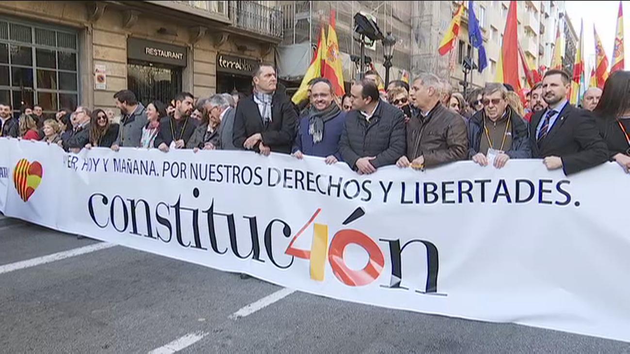 Dos mil personas se manifiestan en Barcelona por el 40 aniversario de la Constitución