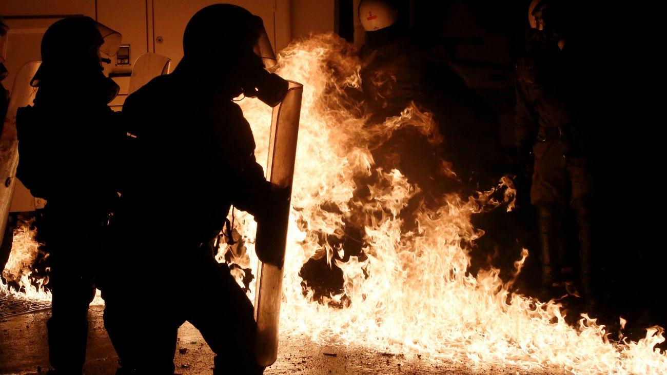 Policías antidisturbios se enfrentan a manifestantes durante una protesta en Atenas